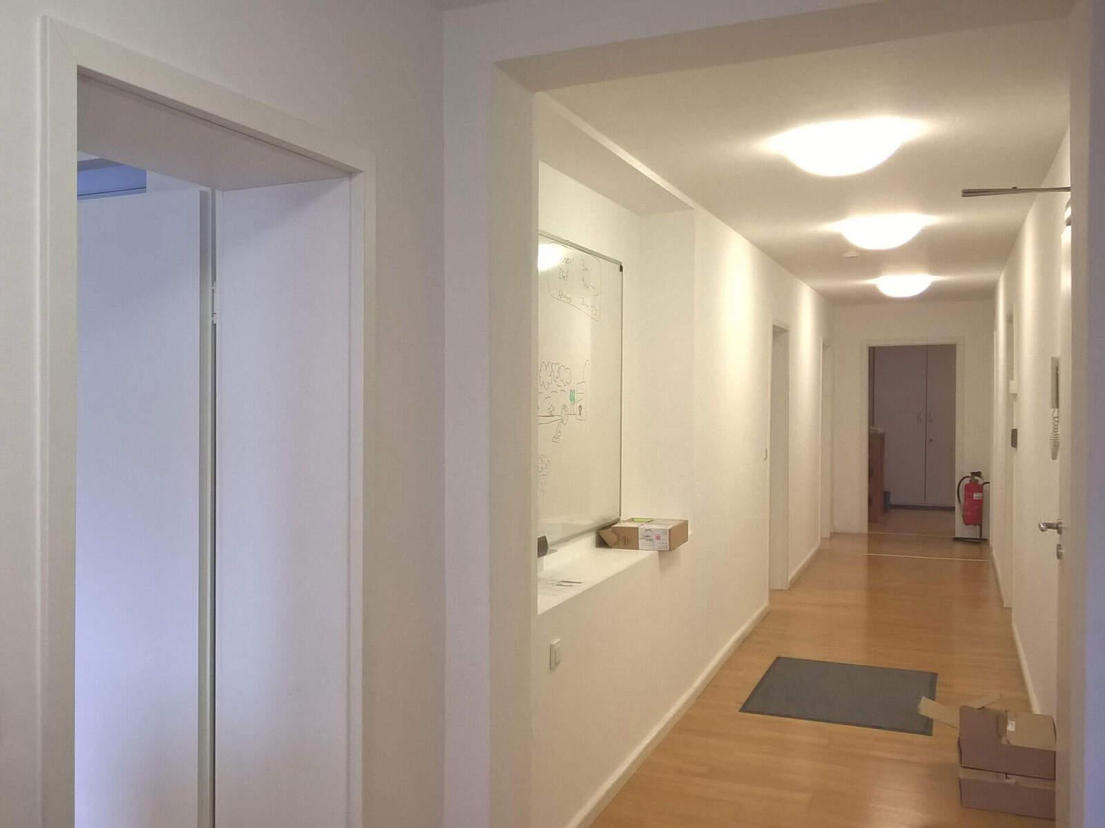 Büro in München (Ludwigsvorstadt) / Flur zur Küche vor Umbau